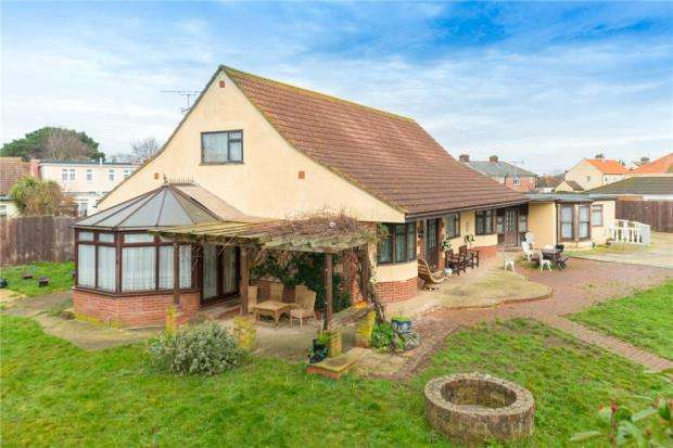 4 Bedrooms Detached House for sale in Coppins Road, CLACTON-ON-SEA