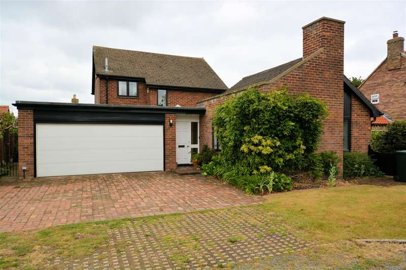 3 Bedrooms Detached House for sale in The Green, Gateforth, Selby