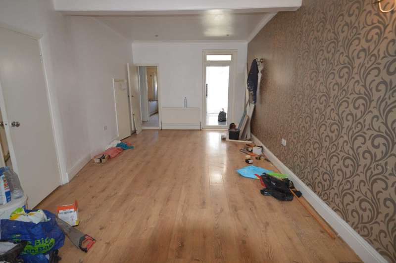 4 Bedrooms Semi Detached House for rent in Hatherley Gardens, London