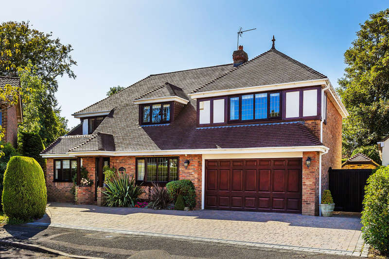 5 Bedrooms Detached House for sale in Pine Walk, Caterham, CR3