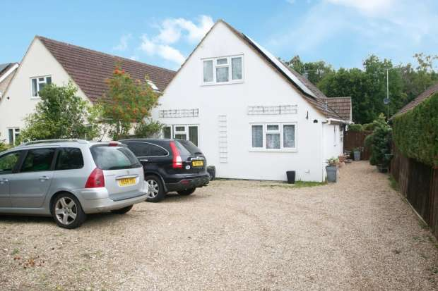 5 Bedrooms Detached House for sale in Aldershot Road, Fleet, Hampshire, GU51 3NW