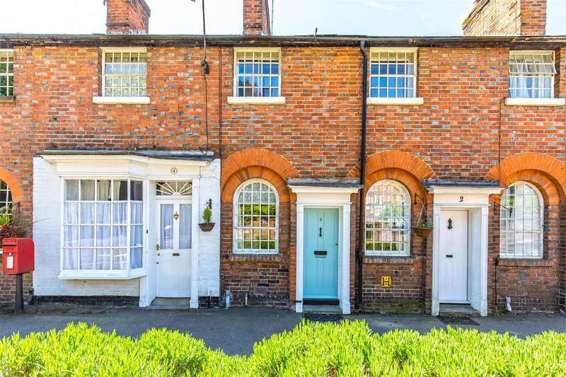 2 Bedrooms Terraced House for sale in Quebec Square, Westerham