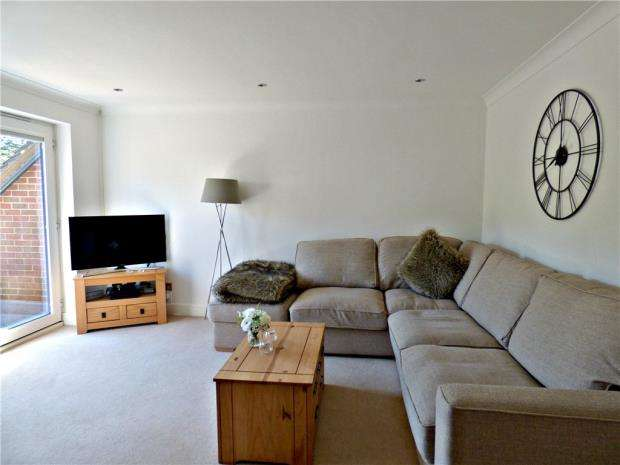 2 Bedrooms Maisonette Flat for sale in Hamilton Court, Maitland Drive, High Wycombe