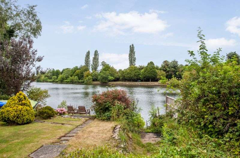 3 Bedrooms Property for sale in Queens Drive, Thames Ditton