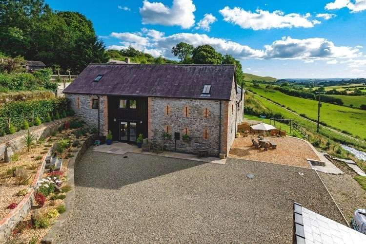 4 Bedrooms Barn Conversion Character Property for sale in Penyclawdd, Llanbister Road, Llandrindod Wells, Powys, LD1 5UR