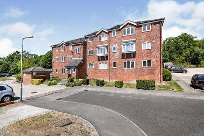 2 Bedrooms Flat for sale in Wingrove Drive, Purfleet, Essex