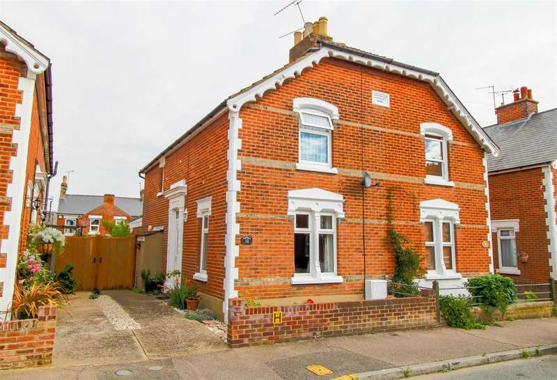 3 Bedrooms Semi Detached House for sale in Winsley Road, New Town, Colchester, CO1