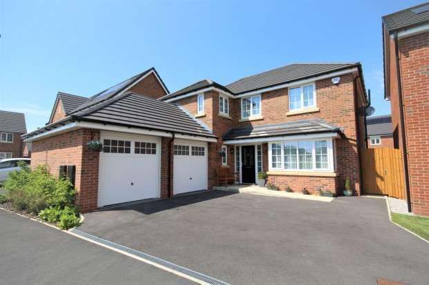 4 Bedrooms Detached House for sale in Moss Nook Drive, Preston, PR2