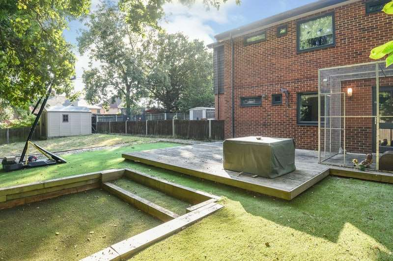 2 Bedrooms Maisonette Flat for sale in Costead Manor Road, Brentwood, Essex, CM14