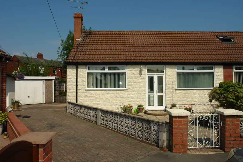 3 Bedrooms Semi Detached Bungalow for sale in Lyndhurst Avenue, Chadderton, Oldham