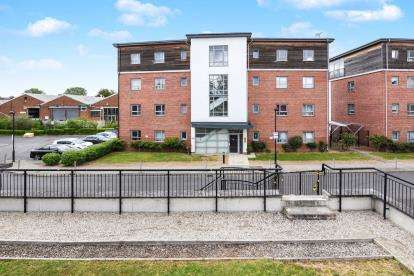 2 Bedrooms Flat for sale in Riverside Close, Romford, Havering