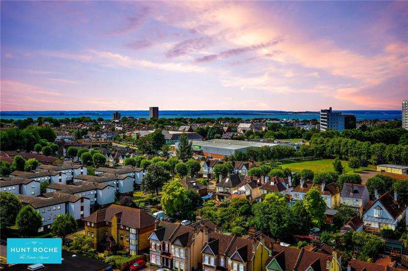 2 Bedrooms Penthouse Flat for sale in Beaumont Court, 61-71 Victoria Avenue, Southend On Sea, Essex, SS2