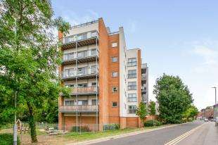 3 Bedrooms Flat for sale in Orchid Court, Sovereign Way, Tonbridge, Kent
