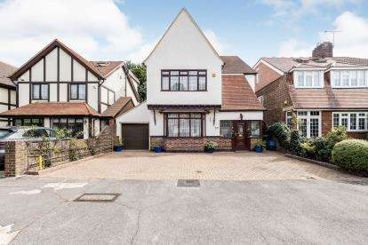 4 Bedrooms Detached House for sale in Barkingside, Ilford, Essex