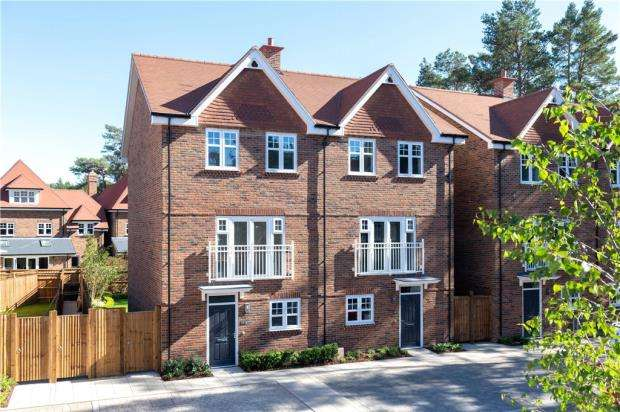 4 Bedrooms Semi Detached House for sale in Hartland Village, Fleet, Hampshire