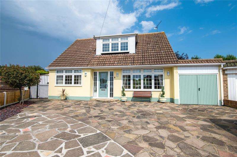 4 Bedrooms Detached House for sale in Chelsworth Close, Thorpe Bay, Essex, SS1