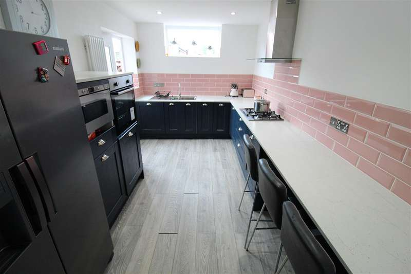 3 Bedrooms Detached House for sale in Essex Street, Horwich, Bolton