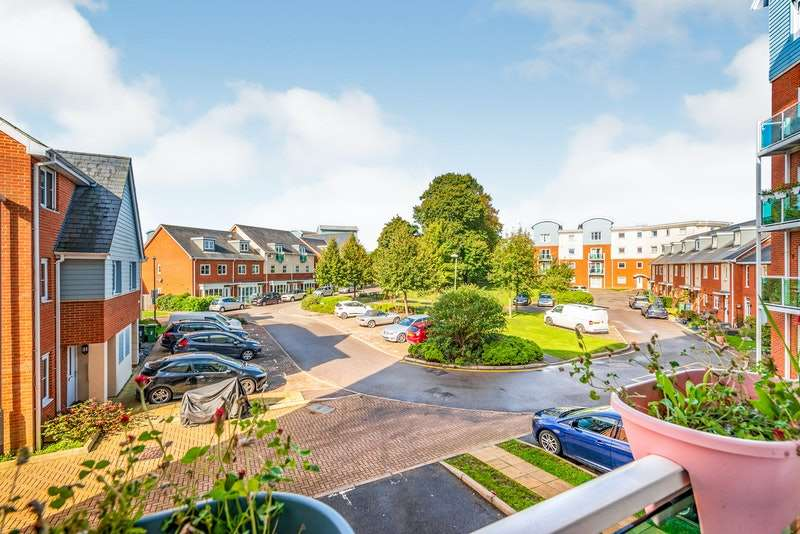 2 Bedrooms Flat for sale in Rubeck Close, Redhill, Surrey, RH1