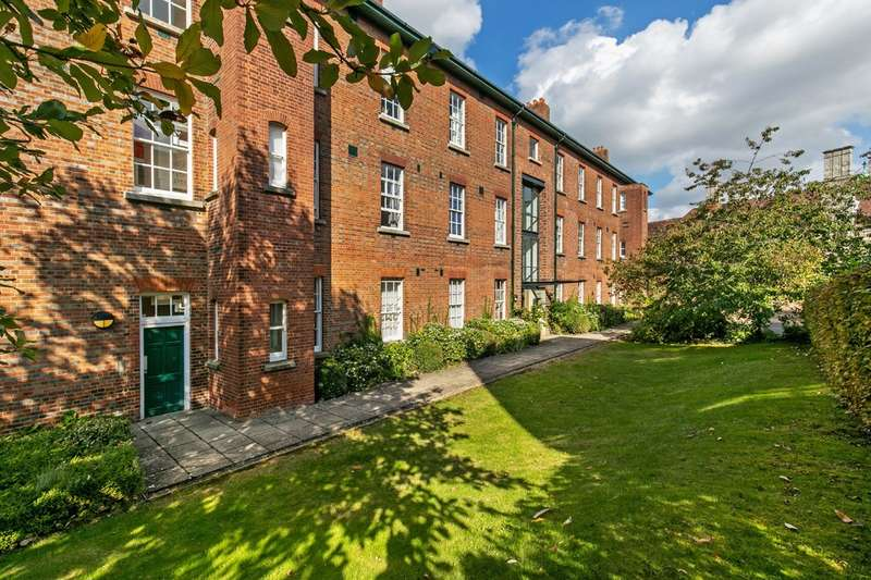 2 Bedrooms Flat for sale in Mons Court, Peninsula Barracks, Romsey Road, Winchester, SO23