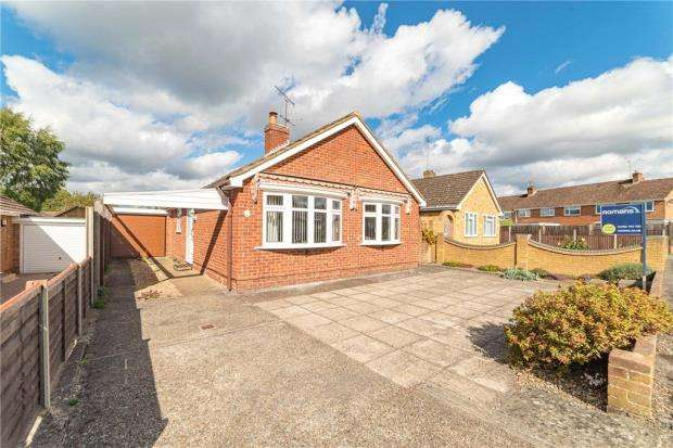 3 Bedrooms Detached Bungalow for sale in Hall Farm Crescent, Yateley, Hampshire