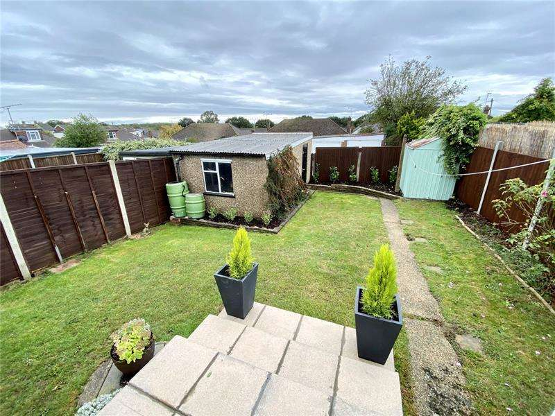 2 Bedrooms Bungalow for sale in Roach Avenue, Rayleigh, Essex, SS6