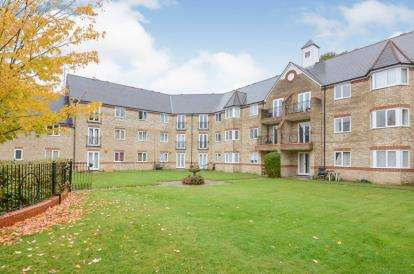 2 Bedrooms Flat for sale in Norbury Avenue, Watford, Hertfordshire, .
