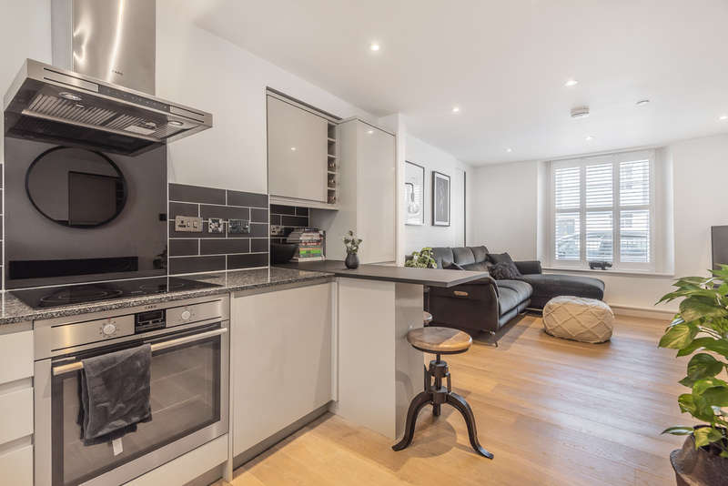 2 Bedrooms Maisonette Flat for sale in Upper High Street, Winchester