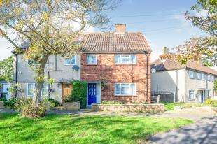 3 Bedrooms Semi Detached House for sale in Hereford Way, Chessington, Surrey, .