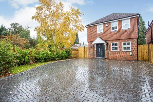 4 Bedrooms Detached House for sale in New Haw, Surrey