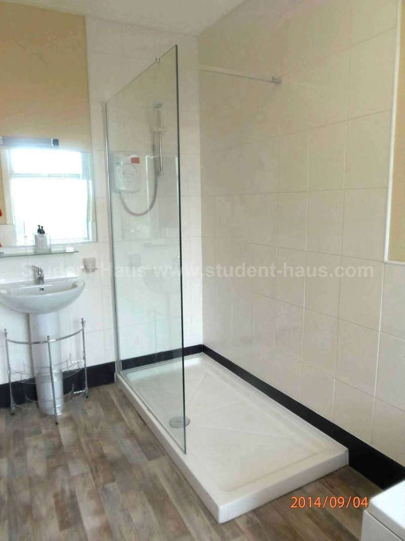 5 Bedrooms House for rent in Bolton Road, Salford