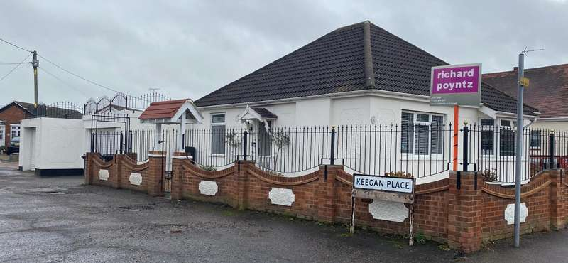 2 Bedrooms Detached Bungalow for sale in Chamberlain Avenue, Canvey Island