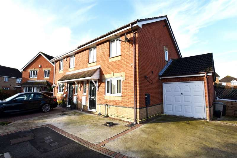 3 Bedrooms Semi Detached House for sale in Lambourne, Canvey Island