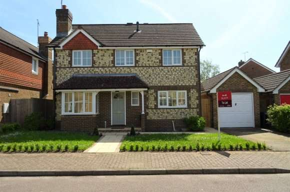 3 Bedrooms Detached House for rent in Blunden Drive, Cuckfield, RH17