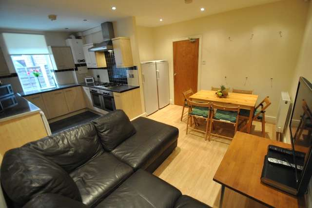 6 Bedrooms Semi Detached House for rent in Birchfields Road, Fallowfield, Manchester, M13 0XR