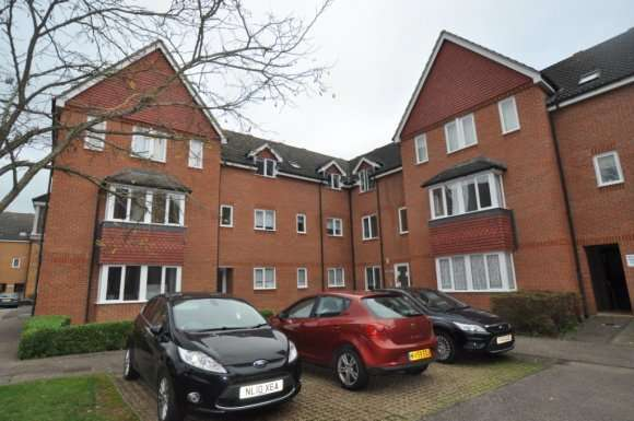 2 Bedrooms Flat for rent in Redoubt Close, Hitchin, SG4