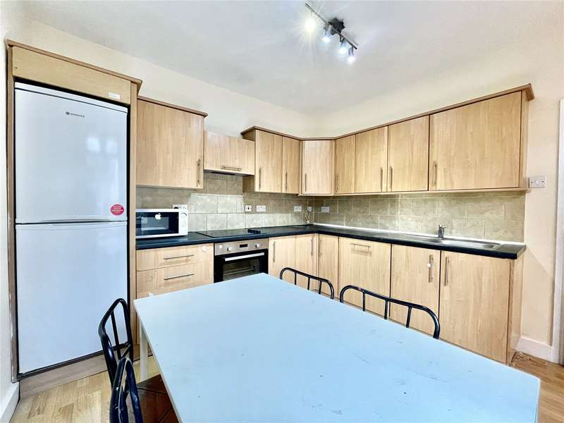 3 Bedrooms Flat for rent in Bowes Road, Bounds Green, London