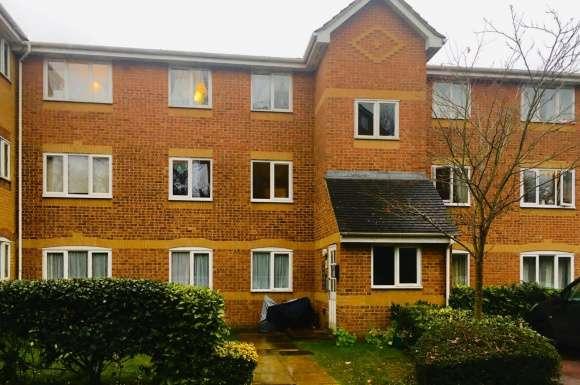 2 Bedrooms Flat for rent in Ascot Court, Aldershot, Hampshire, GU11