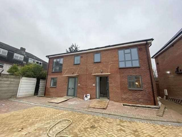 4 Bedrooms Detached House for rent in Collier Row Road, London