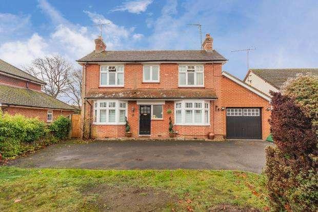 3 Bedrooms Detached House for sale in Aldershot Road, Fleet, Hampshire