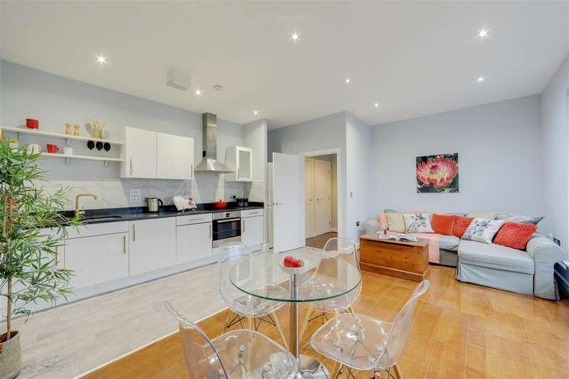 2 Bedrooms Flat for sale in Birdwood Avenue, London
