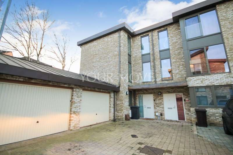 5 Bedrooms Semi Detached House for rent in Clermont Place, Romford, RM1