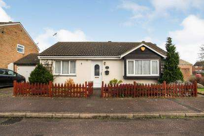 2 Bedrooms Bungalow for sale in Cumbria Close, Houghton Regis, Dunstable, Bedfordshire