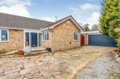 4 Bedrooms Bungalow for sale in Forrest Crescent, Luton, Bedfordshire, England