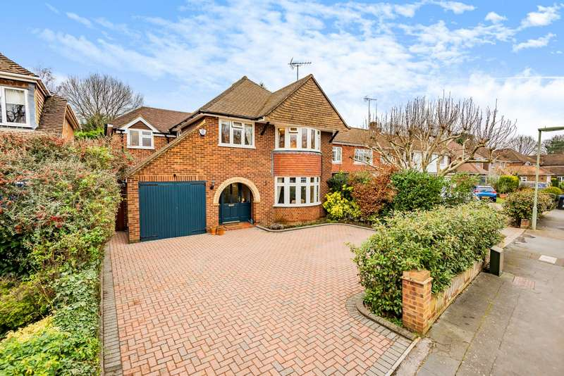 4 Bedrooms Detached House for sale in Silver Birch Close, Woodham, KT15