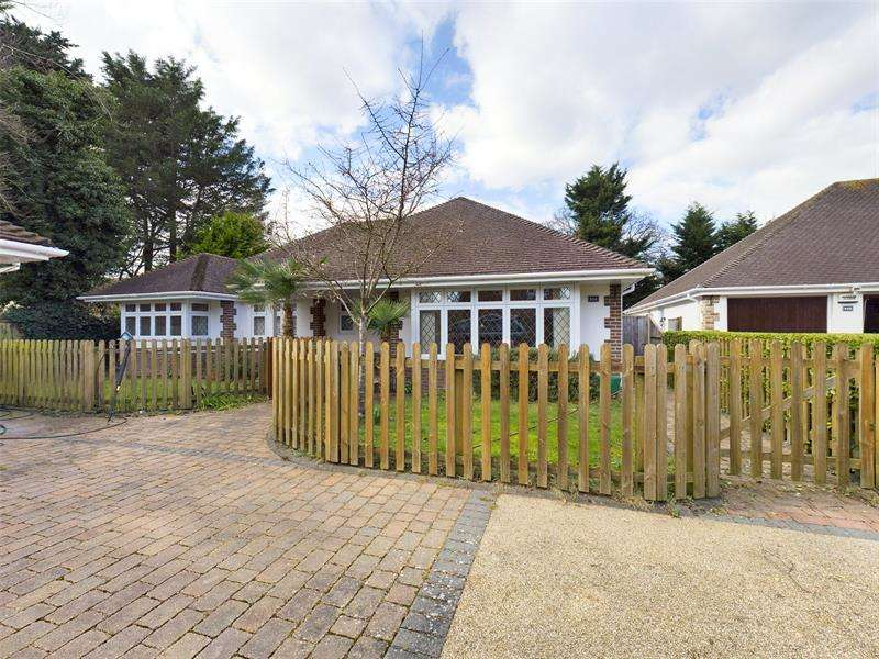 3 Bedrooms Bungalow for sale in The Grove, Christchurch, BH23