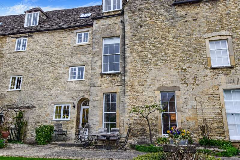 3 Bedrooms Property for sale in Coxwell Court, Cirencester, Gloucestershire