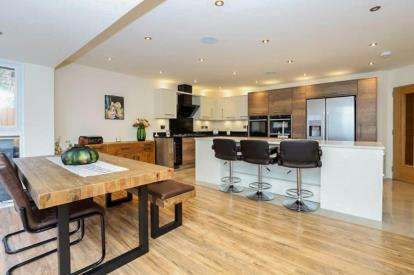 5 Bedrooms Detached House for sale in Kiveton Lane, Todwick, Sheffield, South Yorkshire