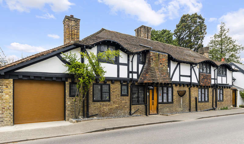 4 Bedrooms Detached House for sale in Herne Road, Surbiton