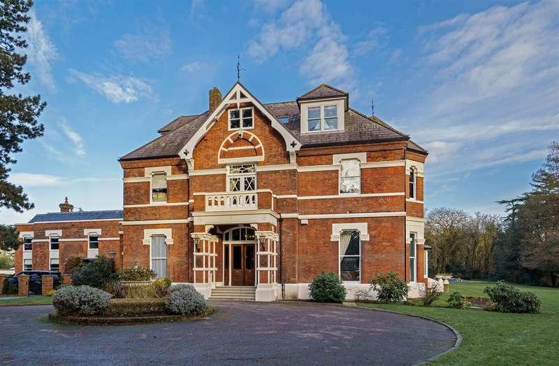 3 Bedrooms Apartment Flat for sale in Warren Hall, Loughton, Essex IG10
