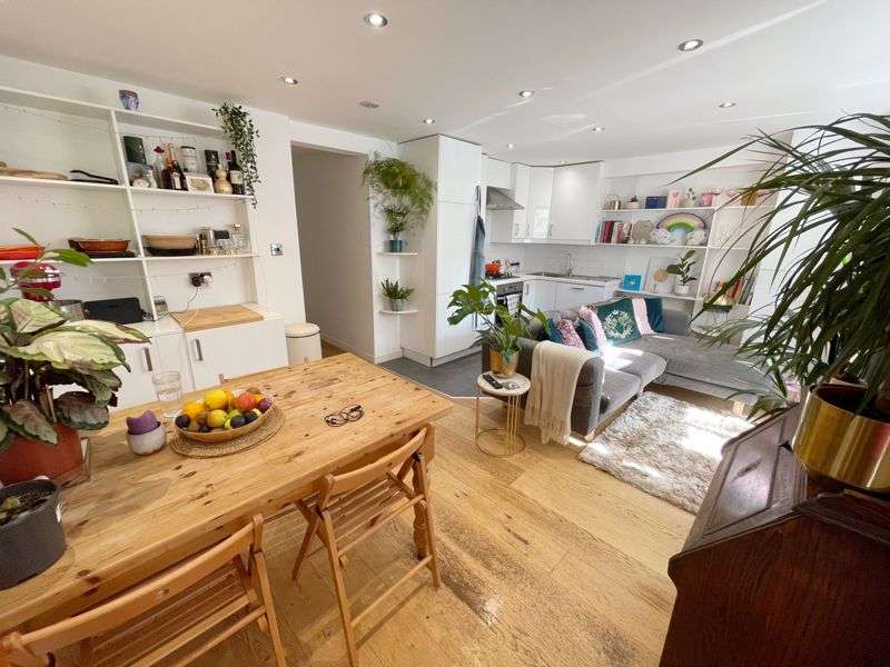 2 Bedrooms Property for sale in Fenwick Road, London